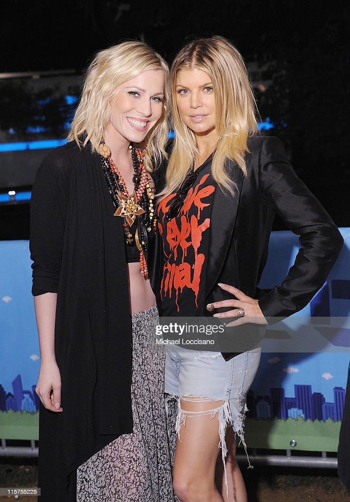 Singers <a gi-track='captionPersonalityLinkClicked' href=/galleries/search?phrase=Natasha+Bedingfield&family=editorial&specificpeople=171728 ng-click='$event.stopPropagation()'>Natasha Bedingfield</a> (L) and Fergie of the Black Eyed Peas attend the Black Eyed Peas and Friends Concert for NYC to Benefit the Robin Hood Foundation at Central Park, Great Lawn on June 9, 2011 in New York City.
