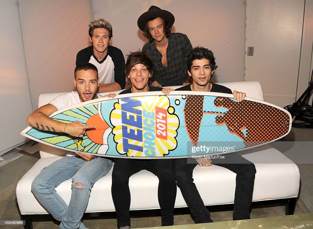 AUGUST 05 Singers Niall Horan Harry Styles Liam Payne Louis Tomlinson and Zayn Malik of One Direction accept award for FOX's 2014 Teen Choice Awards...