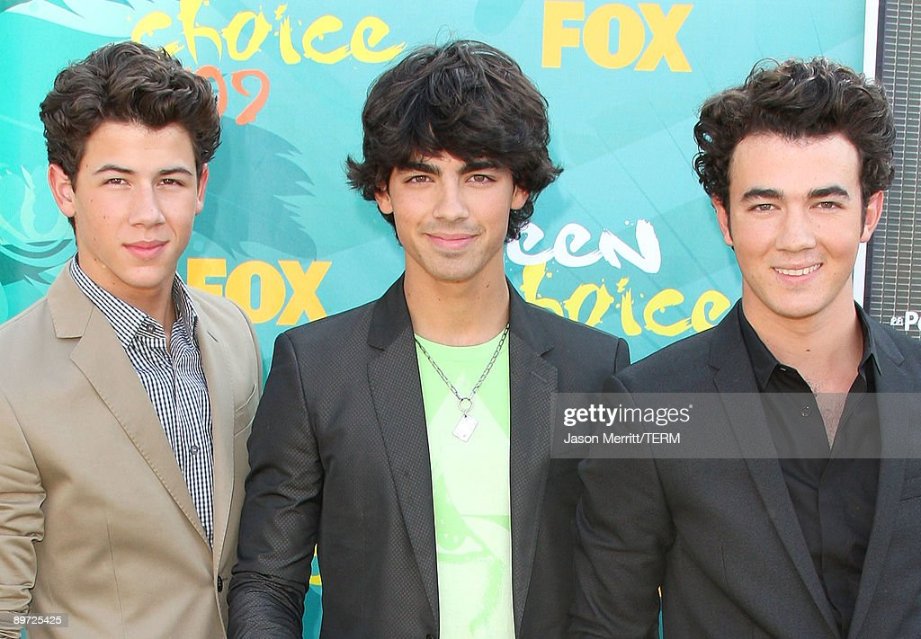 Singers <a gi-track='captionPersonalityLinkClicked' href=/galleries/search?phrase=Nick+Jonas&family=editorial&specificpeople=842713 ng-click='$event.stopPropagation()'>Nick Jonas</a>, Joe Jonas and Kevin Jonas of The Jonas Brothers arrive at the 2009 Teen Choice Awards held at Gibson Amphitheatre on August 9, 2009 in Universal City, California.