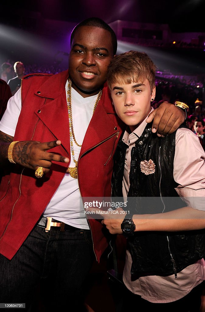 Singers Sean Kingston and Justin Bieber attend the 2011 Teen Choice Awards at Gibson Universal Amphitheatre on August 7 2011 in Universal City...