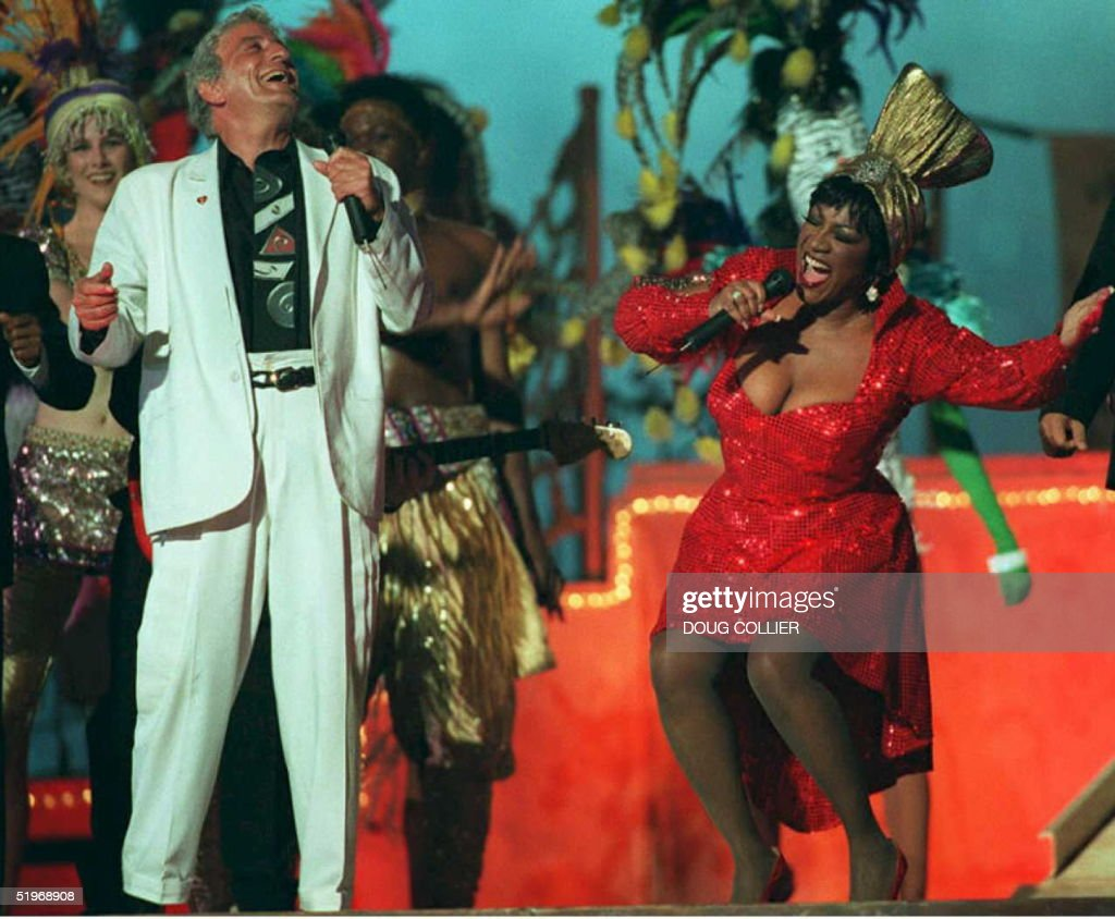 Singers Tony Bennett and Patti LaBelle perform 29 January 1995 during the haltime show of Super Bowl XXIX in Miami The San Francisco 49ers are...