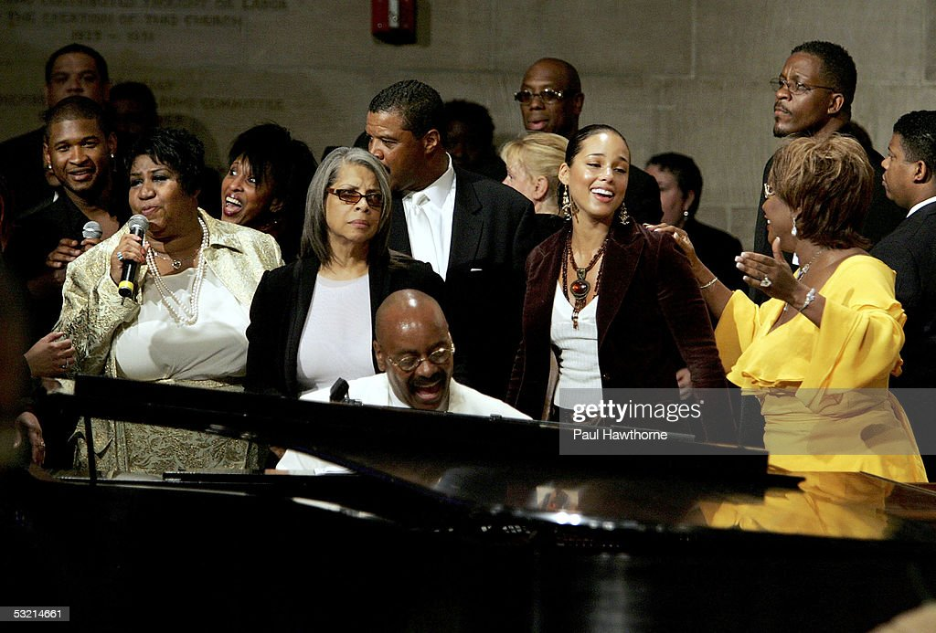 Singers <a gi-track='captionPersonalityLinkClicked' href=/galleries/search?phrase=Usher+-+Singer&family=editorial&specificpeople=201477 ng-click='$event.stopPropagation()'>Usher</a>, <a gi-track='captionPersonalityLinkClicked' href=/galleries/search?phrase=Aretha+Franklin&family=editorial&specificpeople=210665 ng-click='$event.stopPropagation()'>Aretha Franklin</a>, Nona Hendricks, Patti Austin, <a gi-track='captionPersonalityLinkClicked' href=/galleries/search?phrase=Alicia+Keys&family=editorial&specificpeople=169877 ng-click='$event.stopPropagation()'>Alicia Keys</a>, Patti Labelle and pianist Donnie Harper (C) perform as they pay tribute to Luther Vandross during his funeral at Riverside Church July 8, 2005 in New York City.