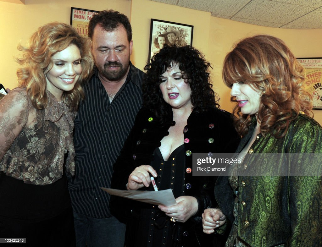 COVERAGE *** Singer/Songwriter Alison Krauss Musician Dan Tyminski of Alison Krauss Union Station join Ann Wilson and Nancy Wilson of the Rock Group...