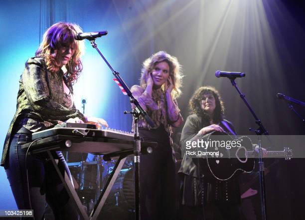 COVERAGE *** Singer/Songwriter Alison Krauss of Alison Krauss Union Station joins Rock Group HEART Nancy Wilson and Ann Wilson on stage at the Ryman...