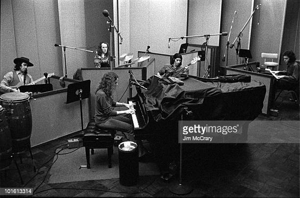 Singersongwriter Carole King and band Danny 'Kootch' Kortchmar Carole King Russ Kunkle Charles Larkey and Ralph Schuckett record her album 'Tapestry'...