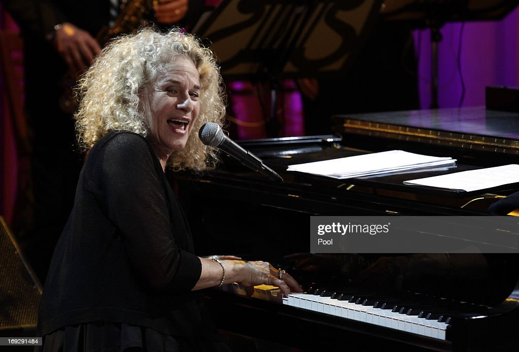 Singer-songwriter <a gi-track='captionPersonalityLinkClicked' href=/galleries/search?phrase=Carole+King+-+Musician&family=editorial&specificpeople=211440 ng-click='$event.stopPropagation()'>Carole King</a> performs after being awarded by U.S. President Barack Obama the 2013 Library of Congress Gershwin Prize for Popular Song at the White House on May 22, 2013 in Washington, DC. The Gershwin Prize for Popular Song recognizes artists for lifetime achievements in musical expression.