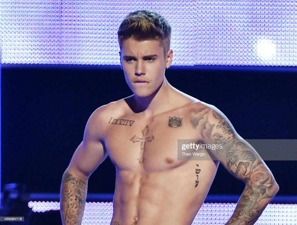 Singersongwriter Justin Bieber presents onstage at Fashion Rocks 2014 presented by Three Lions Entertainment at the Barclays Center of Brooklyn on...