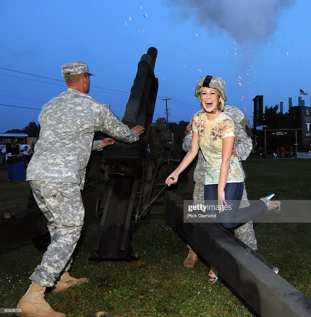 Singer/Songwriter Kellie Pickler fies the 105mm Howitzer during the 16th annual Country Thunder USA festival on July 18 2008 on Shadow Hill Farm in...