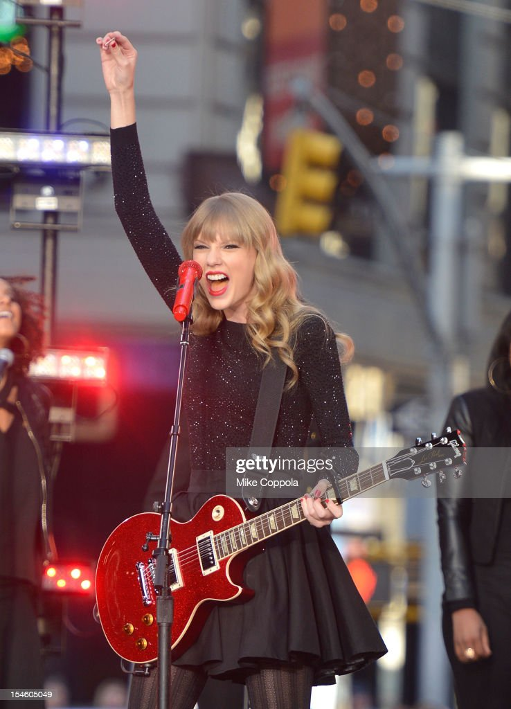 Singer/songwriter <a gi-track='captionPersonalityLinkClicked' href=/galleries/search?phrase=Taylor+Swift&family=editorial&specificpeople=619504 ng-click='$event.stopPropagation()'>Taylor Swift</a> peforms at ABC News' Good Morning America Times Square Studio on October 23, 2012 in New York City.