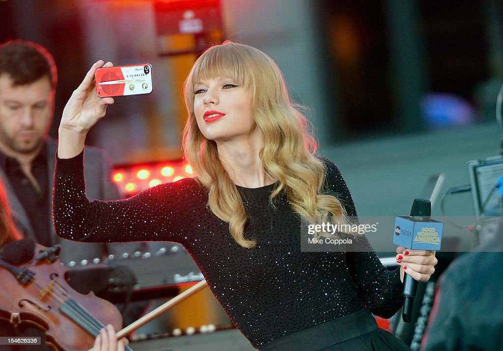 Singer/songwriter Taylor Swift peforms at ABC News' Good Morning America Times Square Studio on October 23, 2012 in New York City.