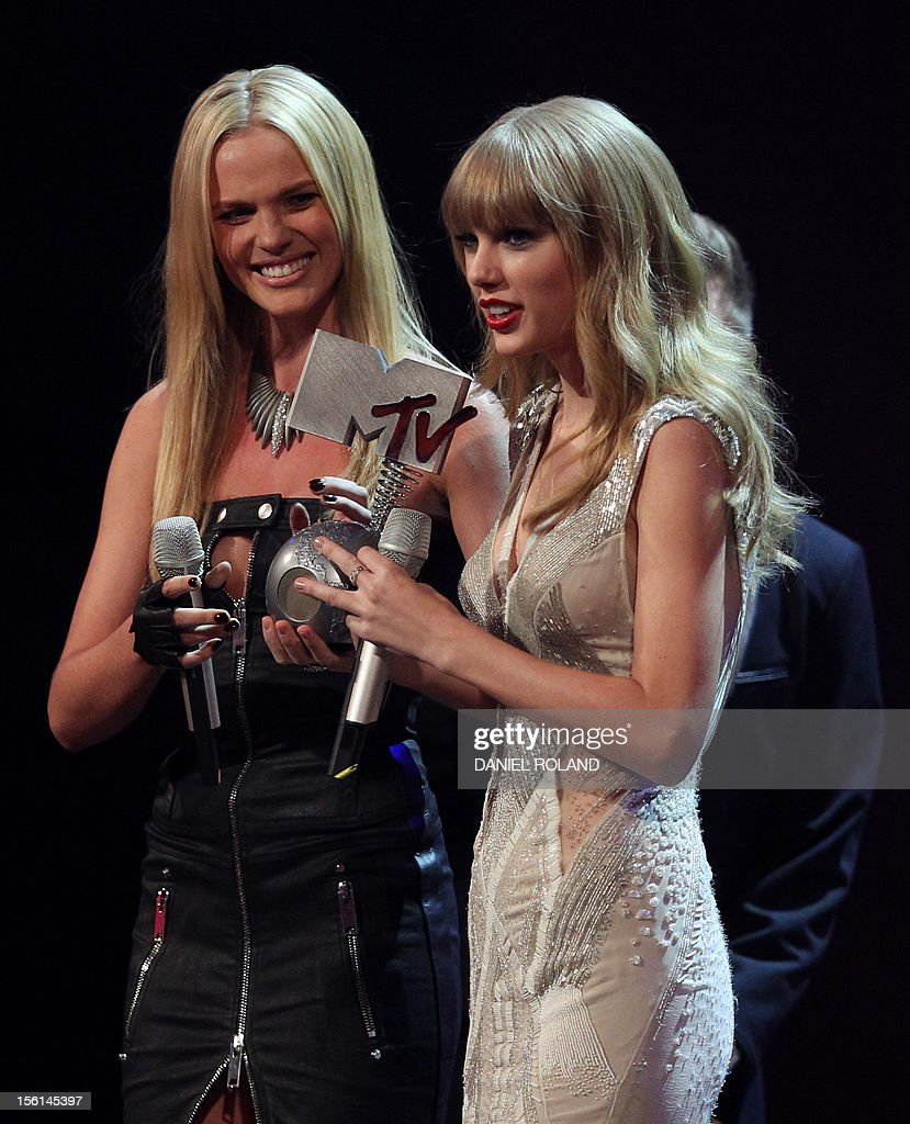 US singer-songwriter Taylor Swift (R) receives one of her three awards from Russian model Anna V (L) during the 2012 MTV European Music Awards (EMA) at the Festhalle in Frankfurt am Main, central Germany on November 11, 2012. AFP PHOTO / DANIEL ROLAND