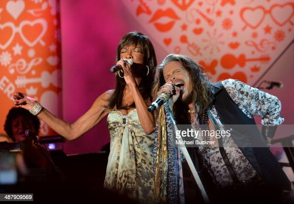 Singer/songwriters Natalie Cole and Steven Tyler perform onstage during the 21st annual Race to Erase MS at the Hyatt Regency Century Plaza on May 2...