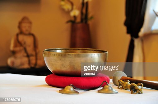 Klangschalen mit Klöppel und Dorje : Stock Photo
