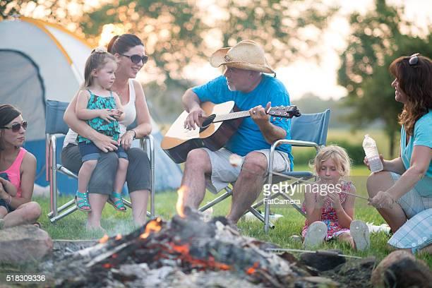 Singen Lieder rund um den Kamin