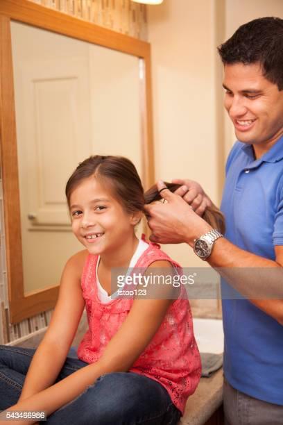 シングルパパが、リボンを髪に娘のバスルームがございます。