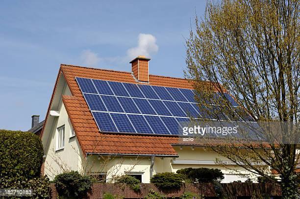 Einzelne Familie Haus mit Solarzellen auf dem Dach