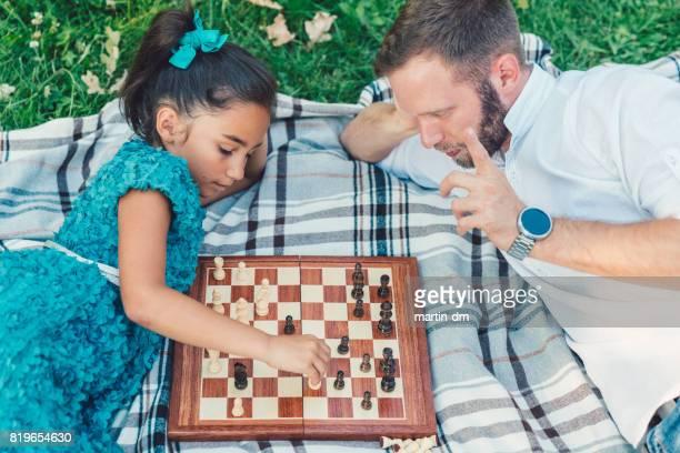 Alleenstaande vader Schaken met zijn dochtertje