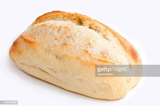 Un seul morceau de pain artisanal contre un fond blanc