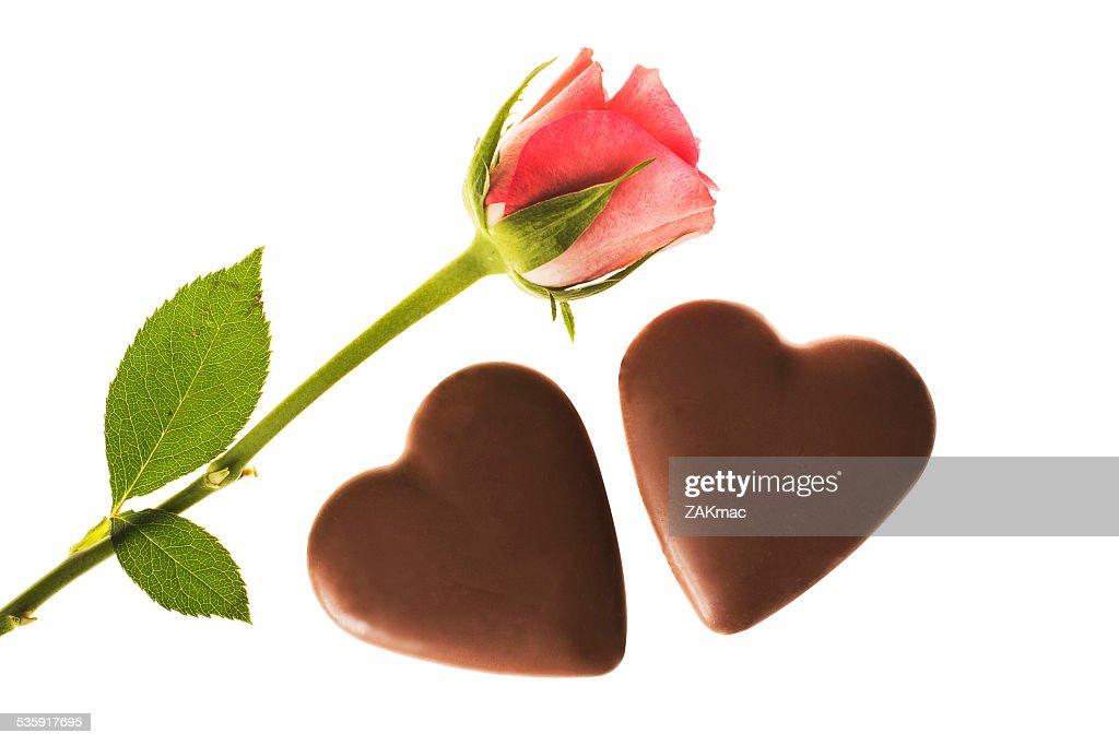 Única rosa e dois coração rosa em forma de chocolate : Foto de stock