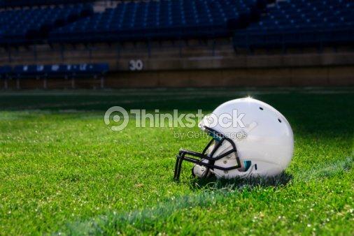 casque de football am ricain au stade photo thinkstock. Black Bedroom Furniture Sets. Home Design Ideas
