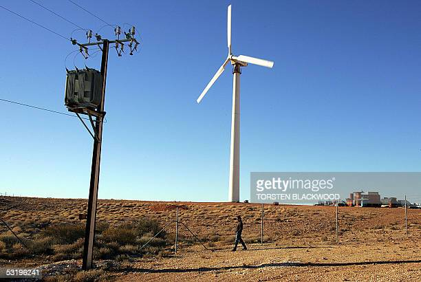 A single wind turbine provides electricity for 40 homes in the remote outback town of Coober Pedy 05 July 2005 In a attempt to promote alternative...