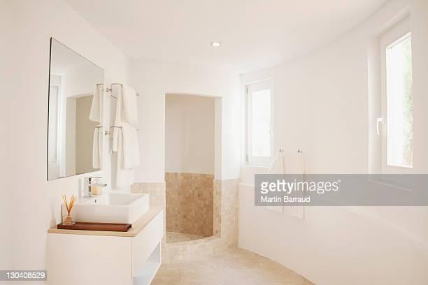Lassen Sie sich im modernen Badezimmer