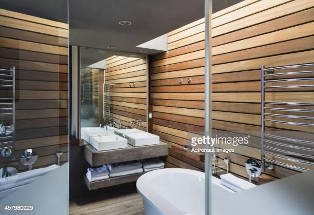Vasques et baignoire dans la salle de bains moderne