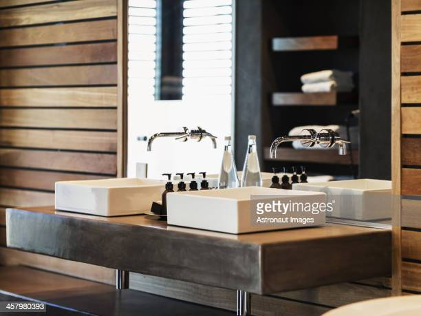Évier et un miroir dans la salle de bains moderne