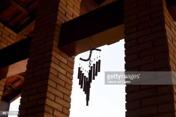 Sino de vento no vão da janela