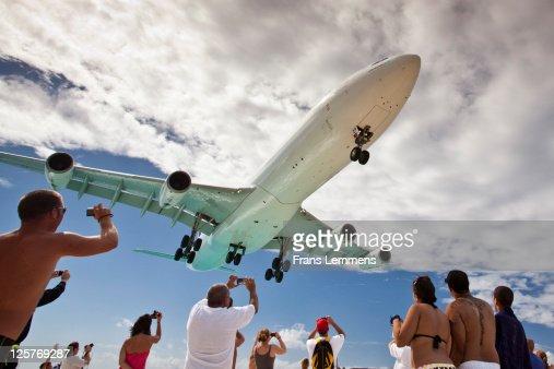 Sint Maarten, Low flying landing aircraft