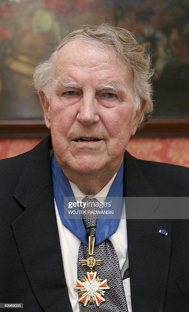 Sir Edmund Hillary gives a press-conference after he was decorated by Polish President Aleksander Kwasniewski with a Commander's Cross of the Order of Merit at the Presidential Palace in Warsaw 17 June 2004. Edmund Hillary was the first man too reach the peak of Mont Everest on 29 May 1953. AFP PHOTO WOJTEK RADWANSKI