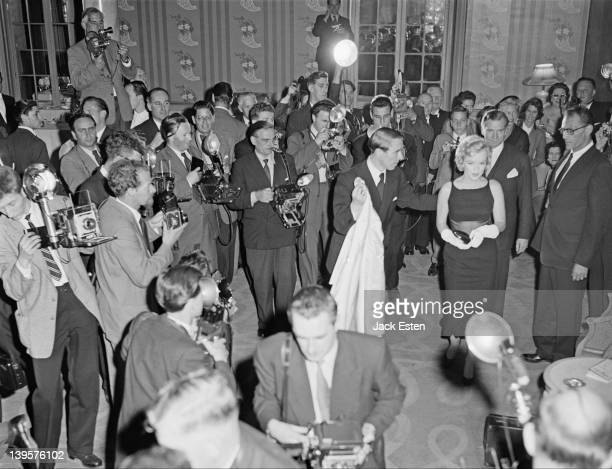 Sir Laurence Olivier and Marilyn Monroe being photographed during a press conference at the Savoy Hotel London to promote the film 'The Prince and...