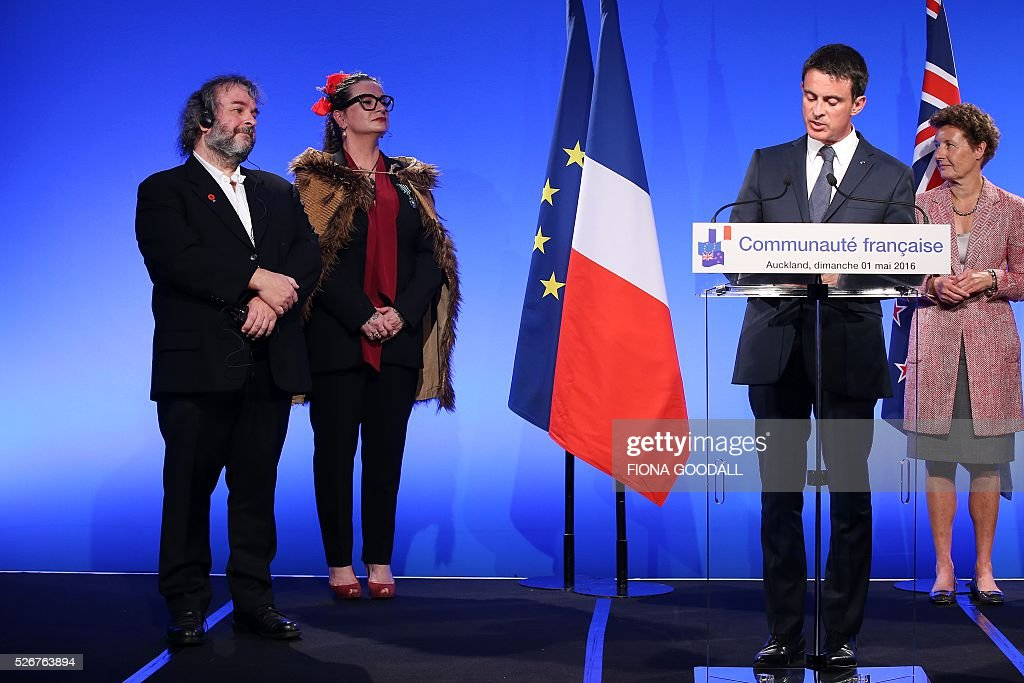 Sir Peter Jackson (L) and Fiona Pardington (C) listen as French Prime Minister Manuel Valls (R) presents them with a Ordre des Arts et des Lettres medal at a French community event at Auckland War Memorial Museum on May 1, 2016. / AFP / Fiona Goodall