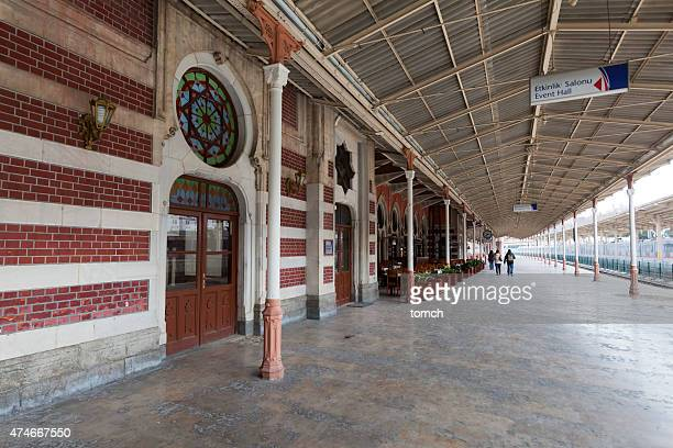 Plate-forme de la station en direction de Sirkeci, Istanbul, en Turquie.