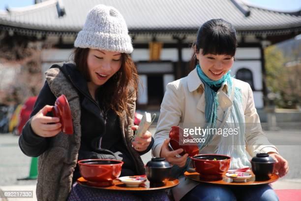 京都でランチがある屋外の妹