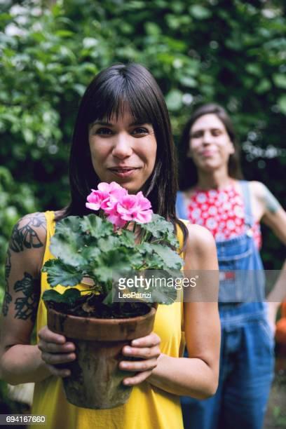 Schwestern im Garten Pflanzen im Hinterhof des Hauses