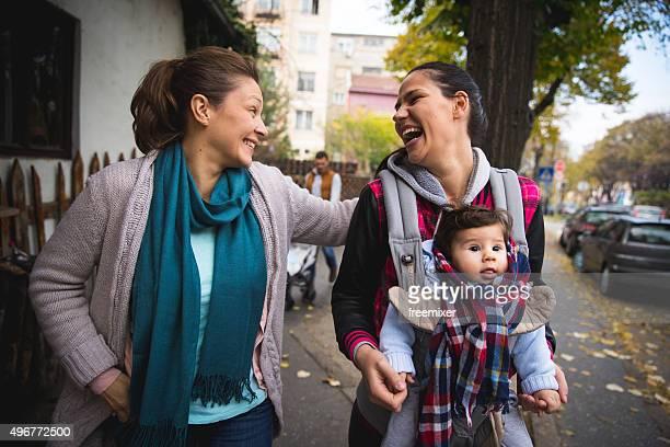 Schwestern in der city walk mit baby