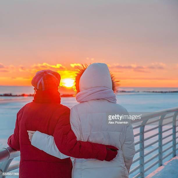 Systers, Teenager Mädchen, Blick auf den Sonnenuntergang in Long Beach
