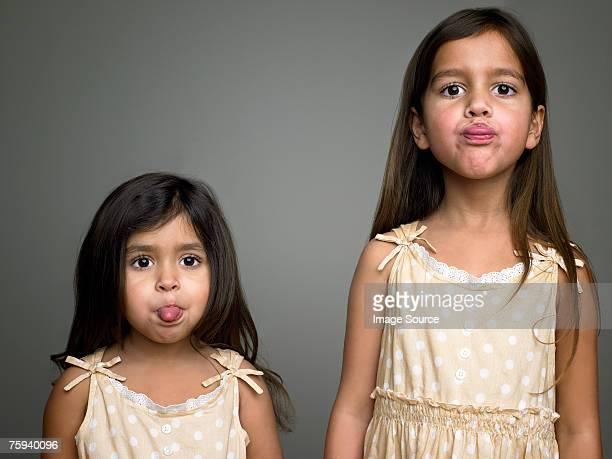 Schwestern machen Gesichter