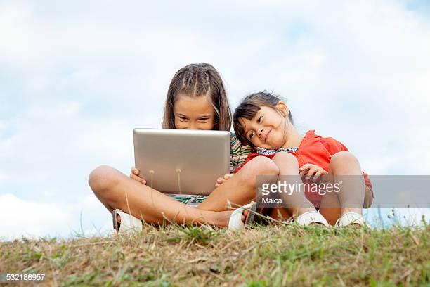 Sisters mit tablet