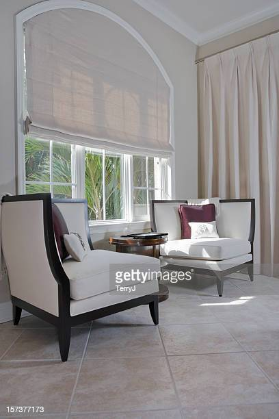 Espace salon avec fauteuil sur mesure par la fenêtre