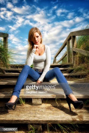 Sitting at the Beach Entrance : Foto stock