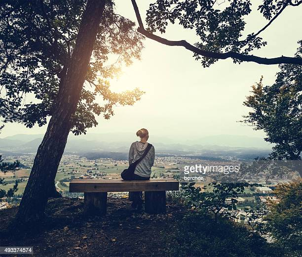 Assis dans la forêt au-dessus de la ville