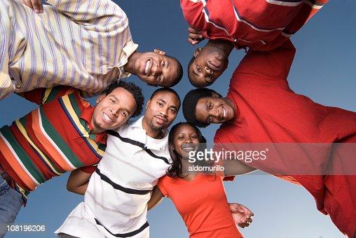 Seis amigos abrazo y Toma desde abajo