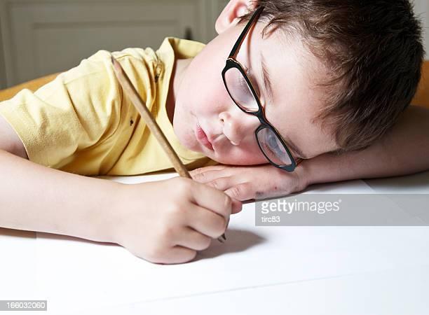Sechs Jahre alter Junge, die Hausaufgaben