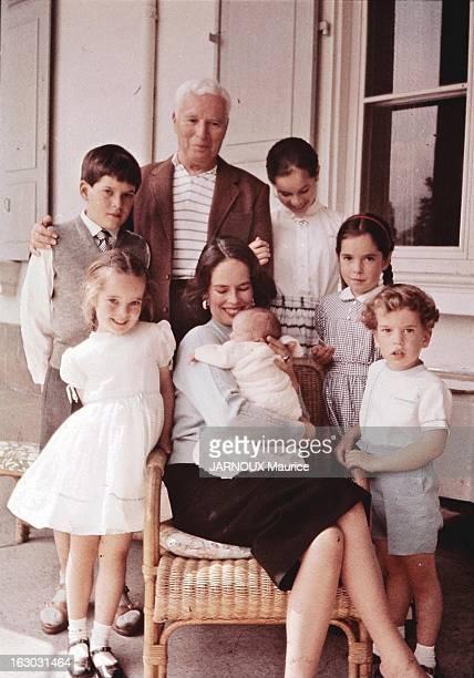 A Sixth Child For Oona And Charlie Chaplin Charlie CHAPLIN posant avec ses enfants Victoria 6 ans Michael 11 ans Géraldine 13 ans Joséphine 10 ans et...