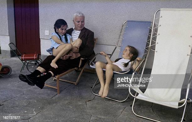 A Sixth Child For Oona And Charlie Chaplin Suisse juin 1957 Charlie CHAPLIN et son épouse Oona dans leur maison de CorsiersurVevey à l'occasion de la...