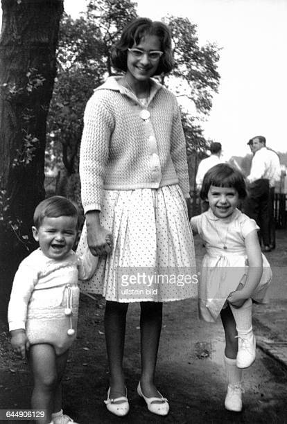 Sixties family photograph relations youth girl teenager with spectacles 13 to 15 years children girl 4 to 5 years boy 2 to 3 years Frank Angelika...
