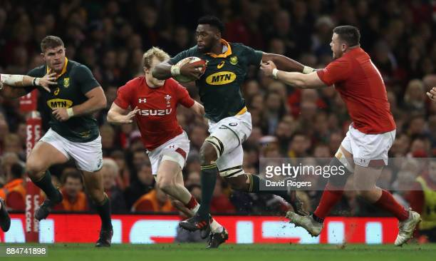 Siya Kolisi of South Africa moves away from Rob Evans during the rugby union international match between Wales and South Africa at the Principality...