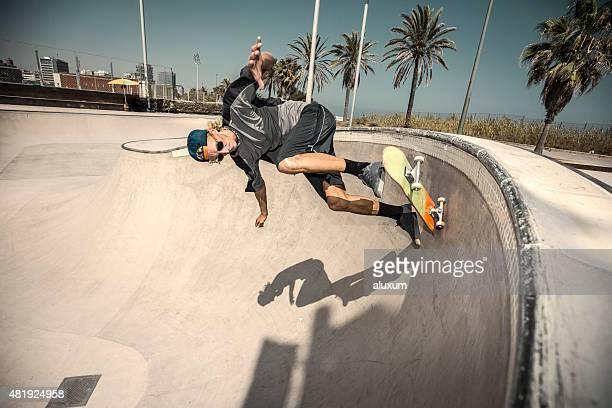 Skatista saltar no Parque de skate